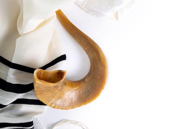 Shofar (뿔) 및 흰색 배경에 tallit입니다. 유대인 휴일의 전통적인 상징입니다. 평면도