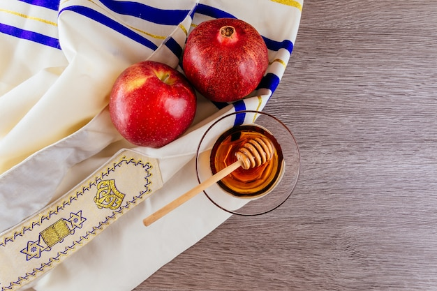 Shofar horn, white prayer talit and pomegranate