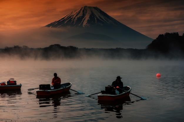 Shoji湖のシルエットマンセーリングボート富士ビュー