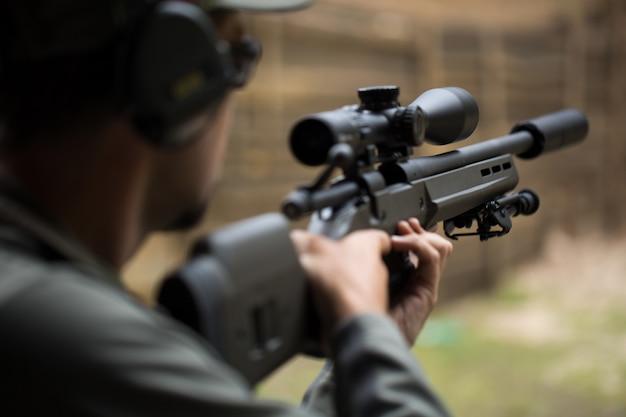 Стрельба и обучение обращению с оружием. открытый тир Premium Фотографии
