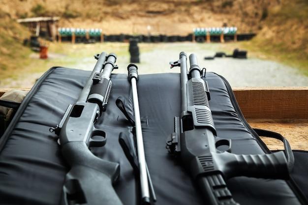 射撃、路上での射撃、地面、銃、射撃、地面での砲弾、テーブルでの弾丸、ショット、ターゲットでのショット、ターゲット、弾丸、ぶどう弾、火薬、煙、大きな音、