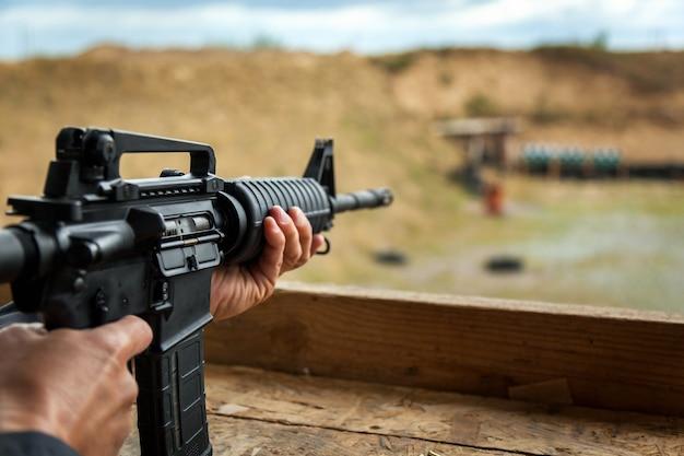 Стрельба стрельба на улице наземные пушки стрельба снарядами по земле пулями