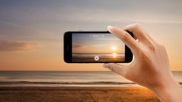 スマートフォンでサンセットビーチの動画を撮影。