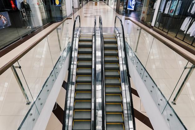 Магазинный эскалатор в торговом центре, без людей, изоляция covid