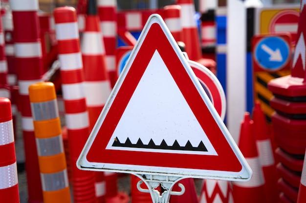 警告と制限のある道路標識の店。スパイクのある道路ブロッカーについての警告に署名します。
