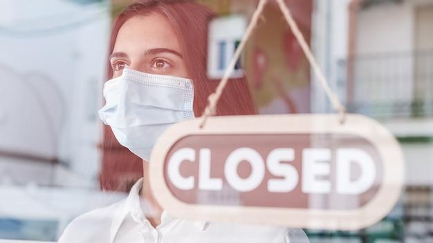 코로나 바이러스로 인해 상점 주인이 문을 닫았습니다.