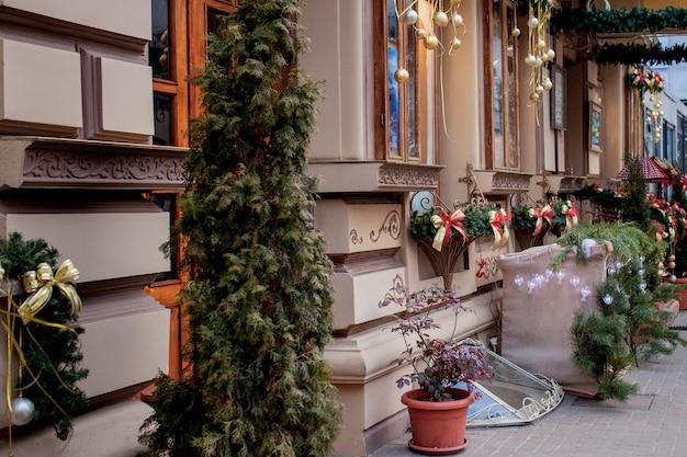 크리스마스 스타일로 장식된 상점 창. 크리스마스와 새해 판매. 다양한 핸드백 및 기타 품목이 상점에서 판매됩니다.