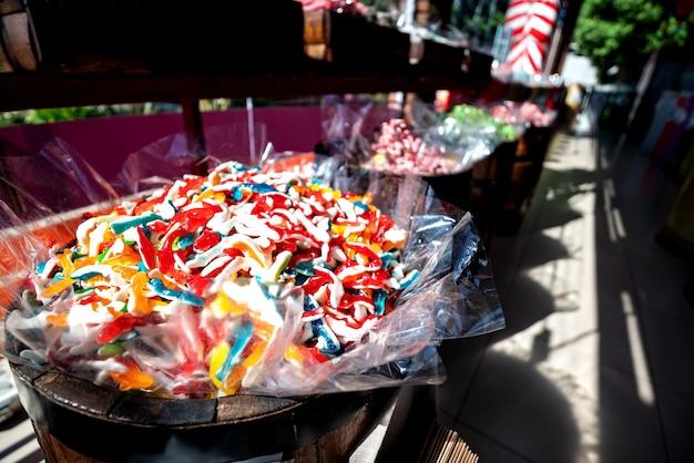 カラフルなお菓子、グミ、マーマレードのショーウィンドウ。