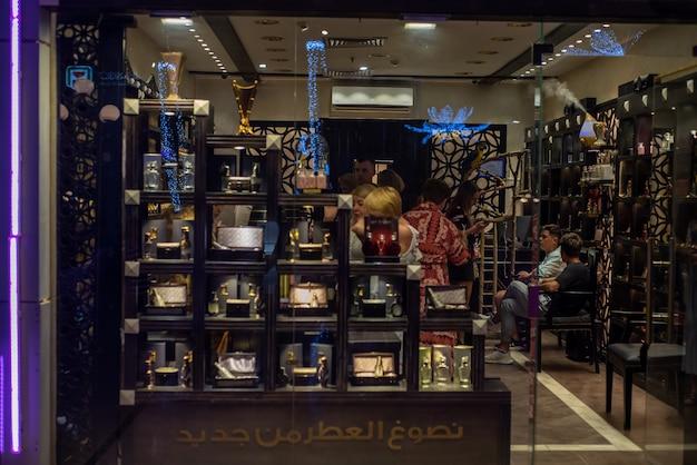 観光客のためのエジプトのお土産で買い物