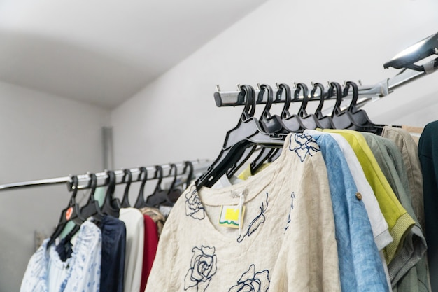 Магазин женской летней одежды. бутик верхняя одежда