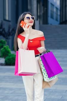 쇼핑 중독. 판매 및 할인. 여자 온라인 쇼핑. 가방과 함께 섹시한 아가씨. 성공적인 쇼핑 후 완벽한 구매.