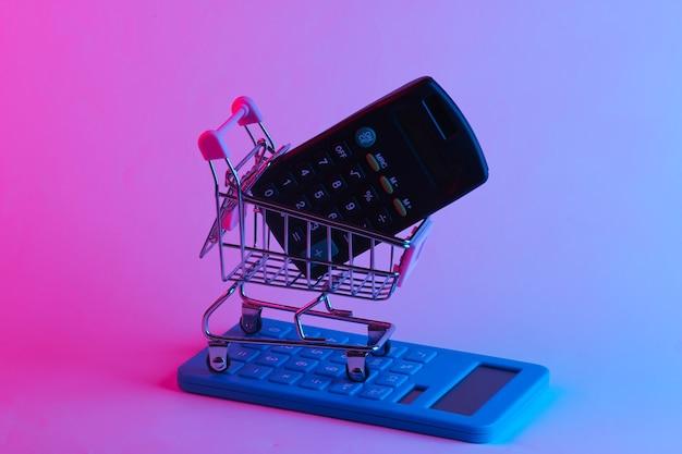 トレンディなネオンライトで電卓を使ってトロリーを買う