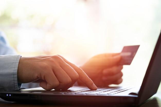 Покупатель вводит заказ и код кредитной карты на портативный компьютер для концепции покупок в интернете.