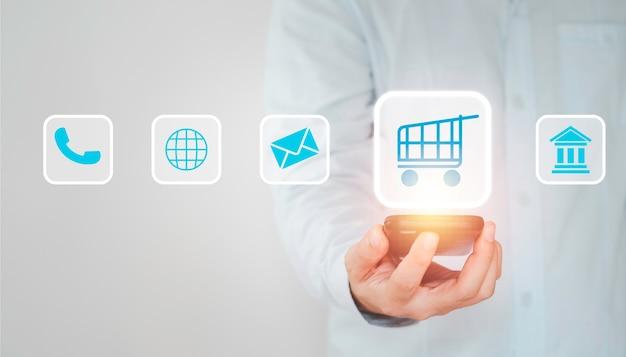 Покупатель, использующий смартфон для ввода заказа поставщику, концепция покупок в интернете.