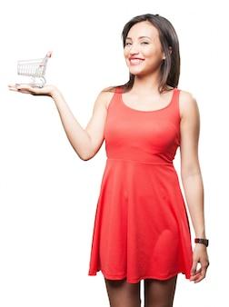 Shoppinカートと笑顔の女性