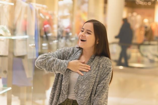 쇼핑 쇼핑몰에있는 어린 소녀는 판매 및 할인을 즐깁니다.