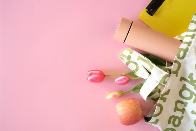 여름 방학 물병과 분홍색 배경의 과일을 위한 쇼핑백과 액세서리