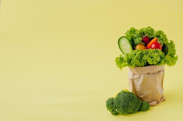 黄色の背景に食料品の買い物袋。
