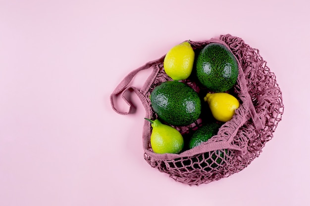 Сумка с лимонами и авокадо