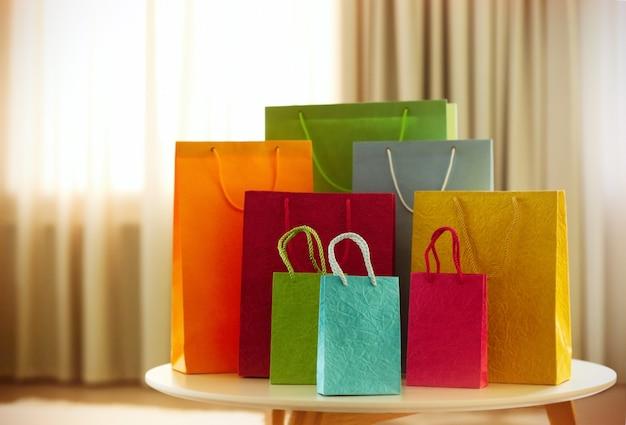部屋にあるさまざまな色のショッピングバッグ