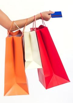 Borse per la spesa e carta di credito in mano della donna