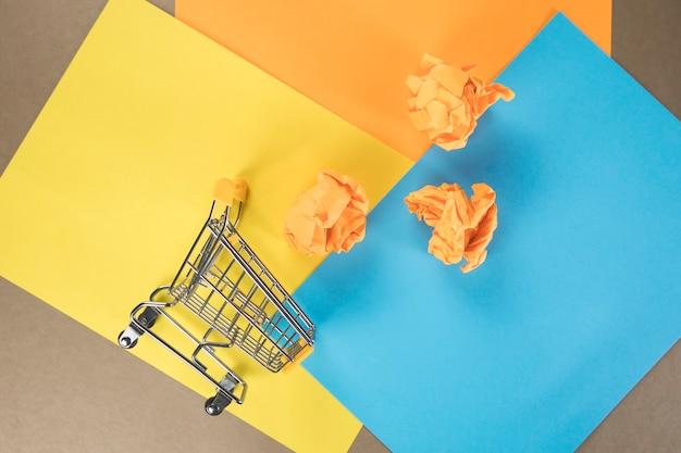 カラフルな紙に買い物かごと紙の束