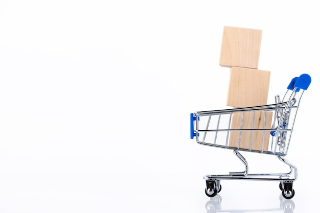 Корзина для покупок, корзина с тремя деревянными блоками. изолированные на белом фоне. скопируйте пространство.
