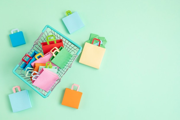 紙袋の販売、オンライン取引でいっぱいの買い物かご