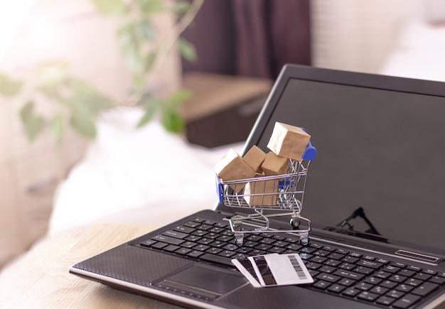 노트북에 상자와 신용 카드로 쇼핑 바구니