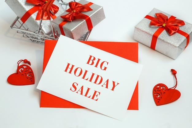 선물 및 텍스트 백서 메모 목록에 큰 휴일 판매 쇼핑 바구니. 휴일 쇼핑 개념.