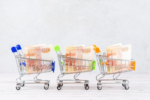 Корзина с купюрами российских рублей, 5000 рублей в корзине