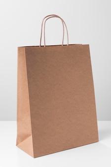 얇은 손잡이가 달린 쇼핑 갈색 종이 봉지