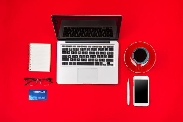 Корзина и кофе на красном столе, концепция онлайн-покупок с копией пространства
