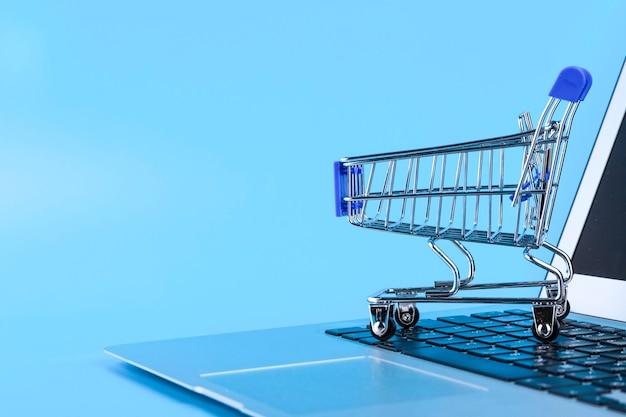 ショッピングカートとコンピューターのマウス、オンラインショッピングのコンセプト。スペースをコピーします。