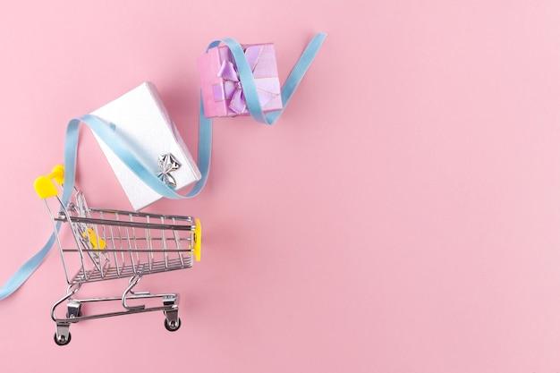 Корзина и подарки. торговая концепция. скидки и распродажи. купить подарки и товары.