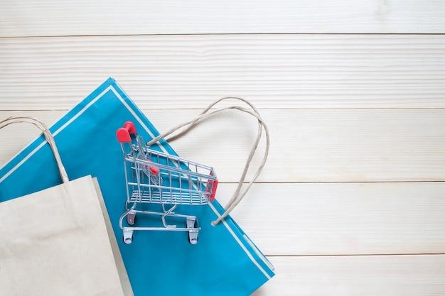 Корзина и сумка для покупок на деревянном фоне, концепция продвижения и покупки рекламы