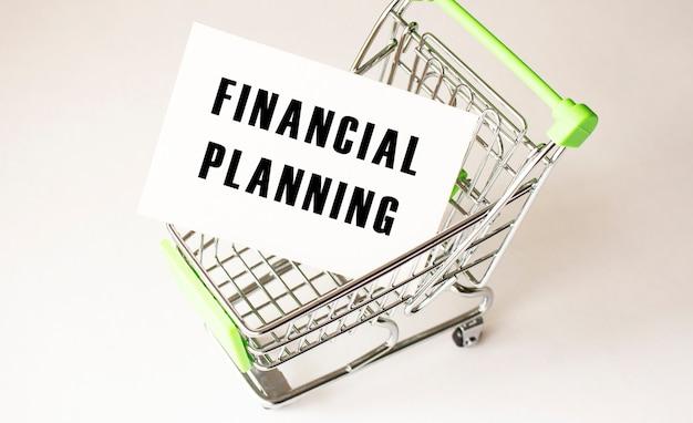 Корзина и текст финансовое планирование на белой бумаге.
