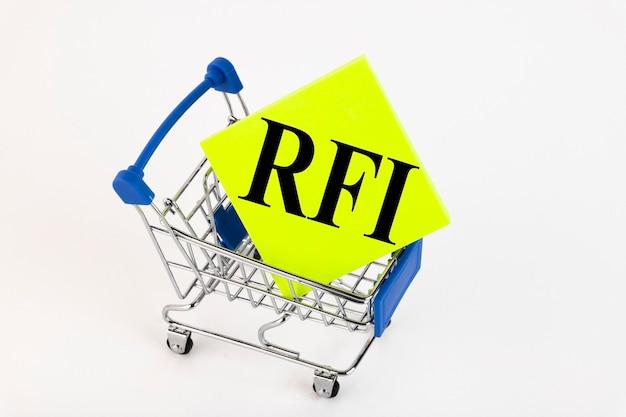 Корзина для покупок и текст rfi запрос информации о списке заметок на желтой бумаге. список покупок, бизнес-концепция на белом фоне. копировать пространство