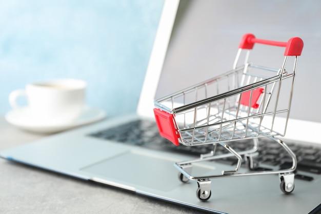 쇼핑 카트, 커피 및 노트북 복사 공간 컵