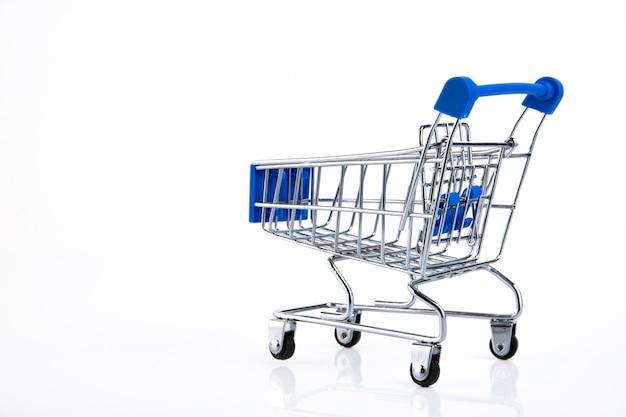 白い背景の上のショッピングカート、eコマース