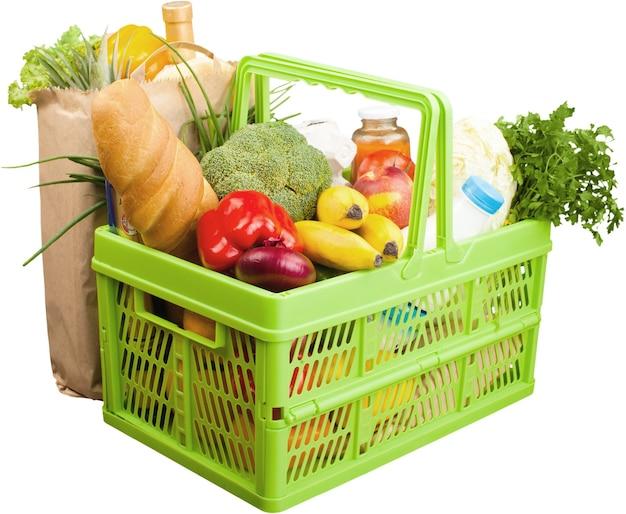 흰색에 다양한 식료품으로 가득 찬 쇼핑 카트