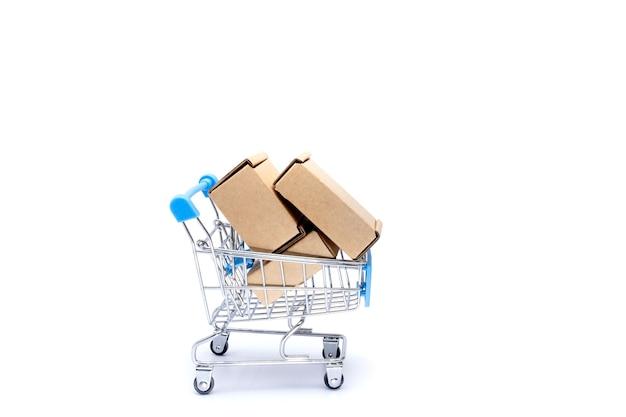 Магазинная тележкаа полная картонных коробок, изолированных на белом фоне.