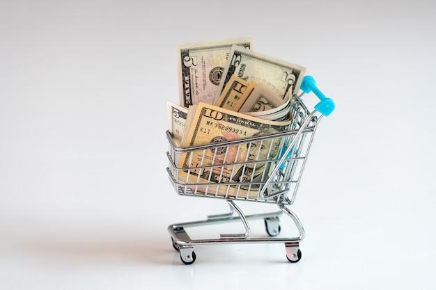 Корзина, полная долларовых купюр, бизнес, финансы, концепция экономики