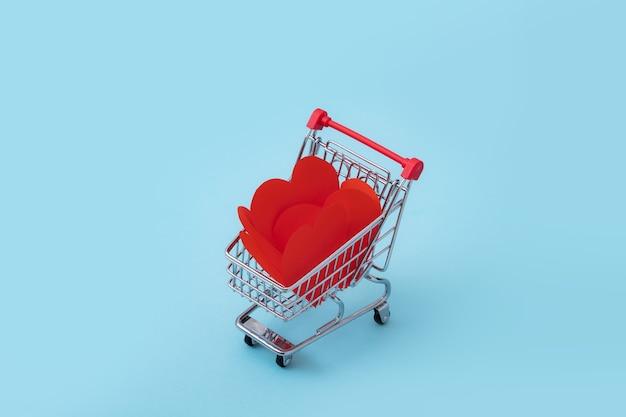 파란색 배경에 발렌타인 하트 가득한 쇼핑 카트