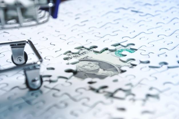 돈 달러 배경, 비즈니스 솔루션 개념, 성공을위한 열쇠에 직소 퍼즐의 전체 쇼핑 카트