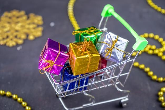 Корзина, полная минимальных подарочных коробок. подарки на рождество или новый год с праздничным оформлением.