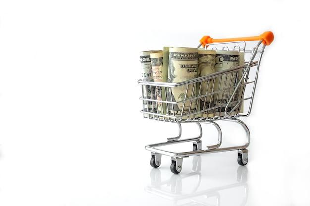미국 지폐 흰색 절연의 전체 쇼핑 카트. 개념 투자