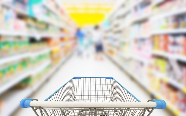 Корзина в супермаркете размытия фона