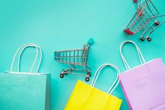 紙袋とショッピングカートのミニチュア