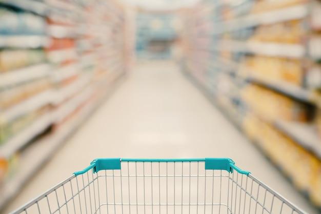 슈퍼마켓 통로 흐리게 배경으로 쇼핑 카트보기